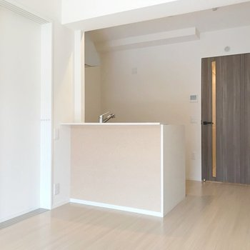 裏に食器棚を。サイズを気にせず置けますよ。(※写真は1階の反転間取り別部屋のものです)