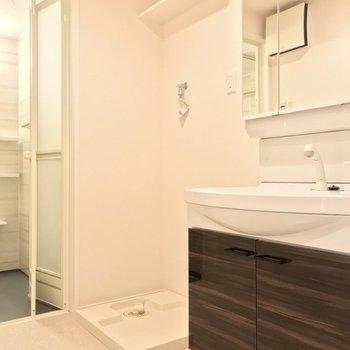 脱衣所にはピカピカ洗面台。朝の支度もラクラクです。(※写真は1階の反転間取り別部屋のものです)