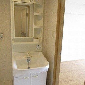 独立洗面台もうれしい!※写真は11階反転間取り別部屋のものです
