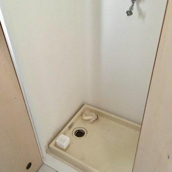 キッチンの反対側に洗濯機置場です。扉で隠すことができますよ。(※写真は清掃前のものです)