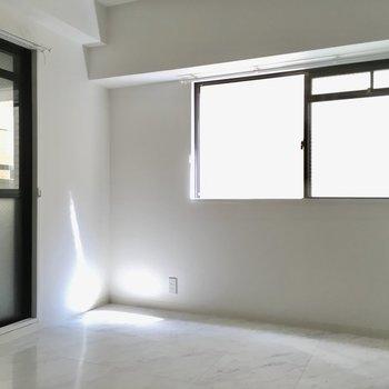 窓は2面採光!天気がいいと、お部屋も明るい。(※写真は清掃前のものです)