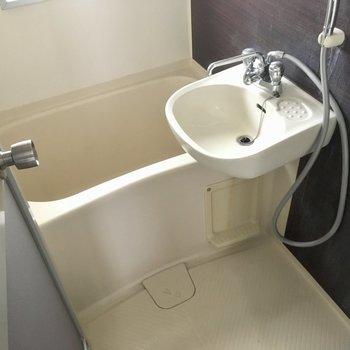 お風呂はお掃除しやすい2点ユニットです。(※写真は清掃前のものです)