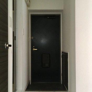 玄関も黒!(※写真は清掃前のものです)