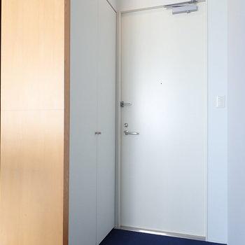 玄関はフラットなので、土足厳禁にするかマットを敷いてみましょう。