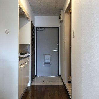 キッチン手前に冷蔵庫おけます!