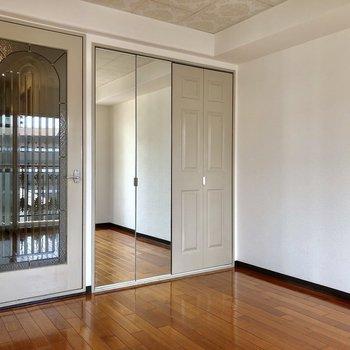 クローゼットの扉が鏡になっています!