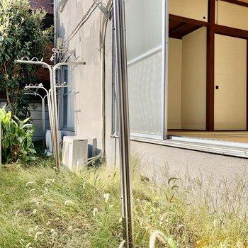 お庭はぽかぽか心地良い。物干しスタンド付きです。※写真は前回募集時のものです