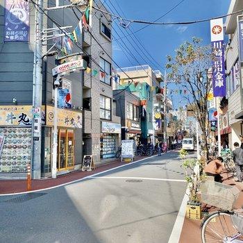 お部屋前の商店街は賑やかな雰囲気。※写真は前回募集時のものです