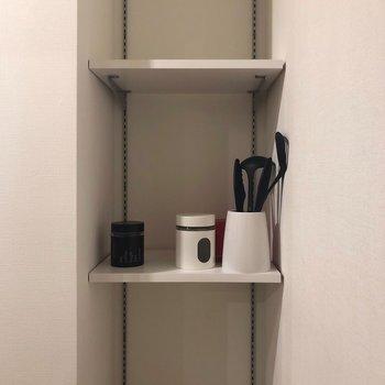 キッチン奥収納の左。
