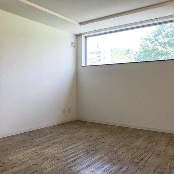 ベストマッチな白の壁に木目調の床!