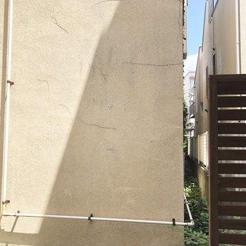 ウッドデッキに立つと、壁がどーん。