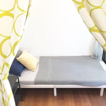 ベッドスペースはカーテンで仕切れます。
