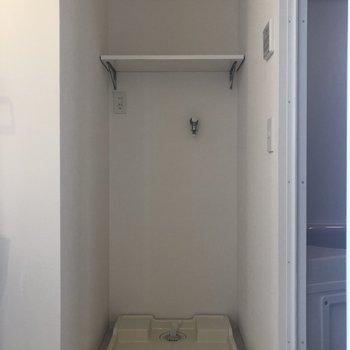 洗面台の右側。