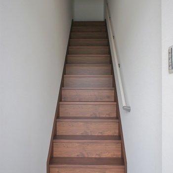 玄関すぐに階段です。