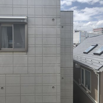 お隣の建物が見えます。