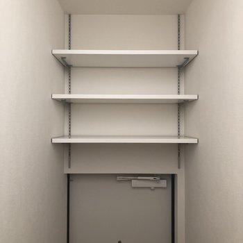 階段を降りていたら、こんなところに収納が!