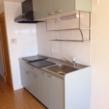 キッチンは2口のIHです。(※写真は9階の同間取り別部屋のものです)