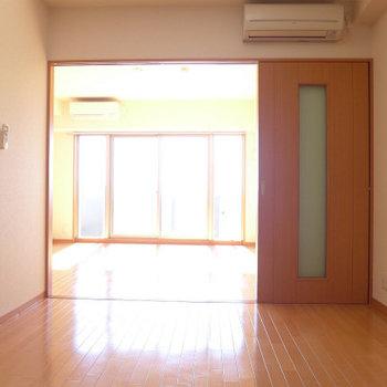 洋室まで日が届きますよ〜(※写真は9階の同間取り別部屋のものです)