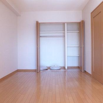6.5帖の洋室にクローゼット。(※写真は9階の同間取り別部屋のものです)
