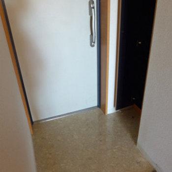 玄関にはもちろんシューズボックス!(※写真は9階の同間取り別部屋のものです)