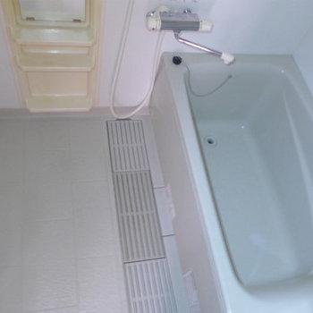 お風呂は普通サイズです。(※写真は9階の同間取り別部屋のものです)