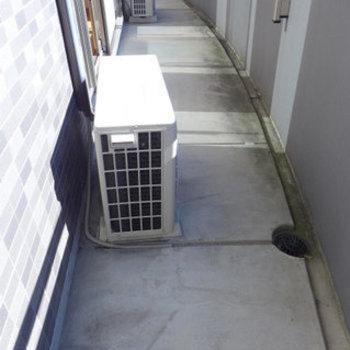 バルコニーも広め。洗濯物がよく乾きそう!(※写真は9階の同間取り別部屋のものです)