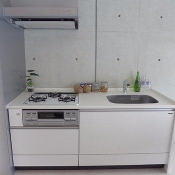 キッチンは3口ガス、グリル付き※写真は2階の同間取り別部屋のものです