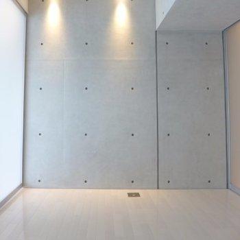 斜めにそり立つ壁※写真は2階の同間取り別部屋のものです