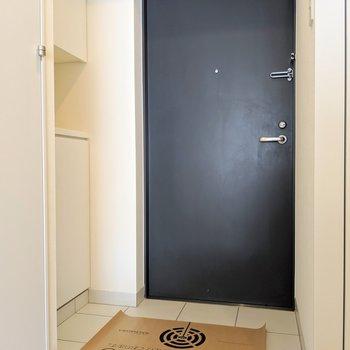 玄関はブラック。大きめタイルが高級感を演出〜!