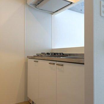 キッチンもホワイトで。収納もしっかり。