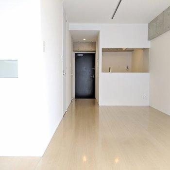 対面キッチンと、左に気になるスペース。