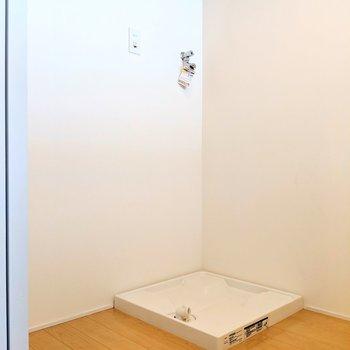 キッチンの後ろに洗濯パン!意外な場所だけど全然アリだよね。