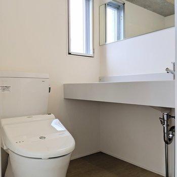 トイレ・脱衣所・洗面は同スペースに。窓もありますよ。