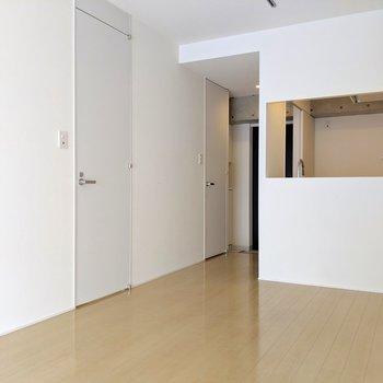 ドアがプレーンな白でセンスいい。TV線は対面キッチン壁の下です。