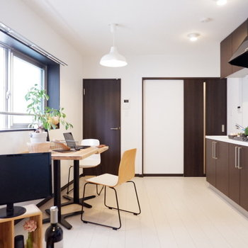 白を基調の空間にブラウンが引き締まります。※写真は2階同間取り別部屋のものです