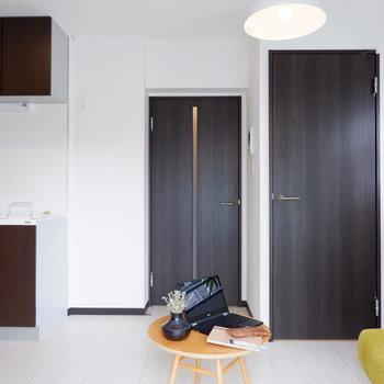 白を基調とした爽やかなお部屋です。※写真は2階同間取り別部屋のものです