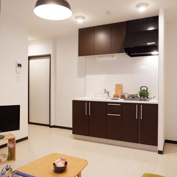 ブラウンのキッチンが空間を引き締めます。※家具はサンプルです