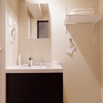 脱衣所には独立洗面台と洗濯機置き場が。※家具はサンプルです