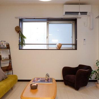 角部屋2面採光のお部屋です。※家具はサンプルです