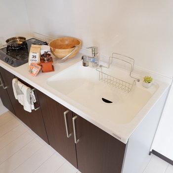 シンクのゆったりとした使いやすいキッチンです。※家具はサンプルです
