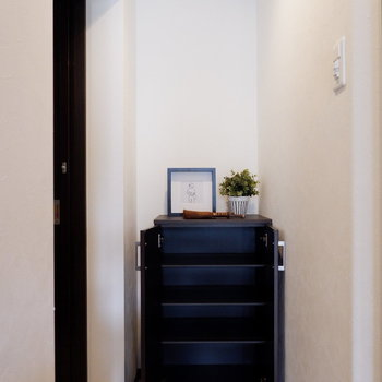 シューズボックスはややコンパクトですが、ボックス上も有効的に使えます。※家具はサンプルです