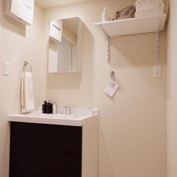 脱衣所には独立洗面台と洗濯機置場が。※家具はサンプルです