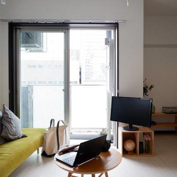 ソファの代わりにベッドを置く場合、向きなど工夫が必要です。※家具はサンプルです
