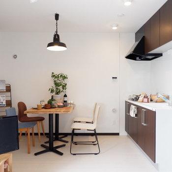 ブラウンのキッチンで空間が引き締まります。※家具はサンプルです