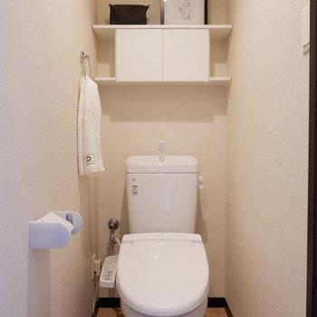 トイレには棚が付いていて使い勝手が良いのです。※家具はサンプルです
