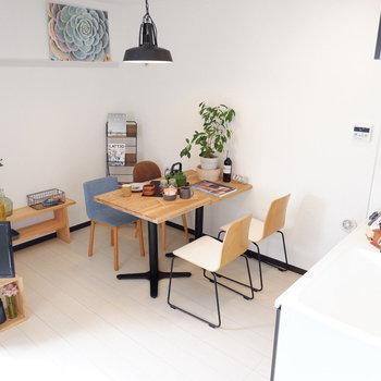 4人がけを置くことができるので、食事をしながらデスクワークなどもできます。※家具はサンプルです