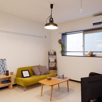 白を基調としたお部屋には差し色が映えますね。※写真は2階の同間取りの別部屋のものです。家具はサンプルです