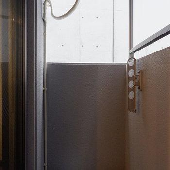 バルコニーはコンパクトです。※写真は2階の同間取りの別部屋のものです