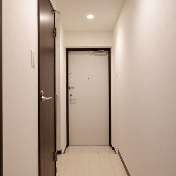 スッキリとした玄関です。※写真は2階の同間取りの別部屋のものです
