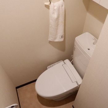 トイレは完全に独立です。※写真は2階の同間取りの別部屋のものです。家具はサンプルです